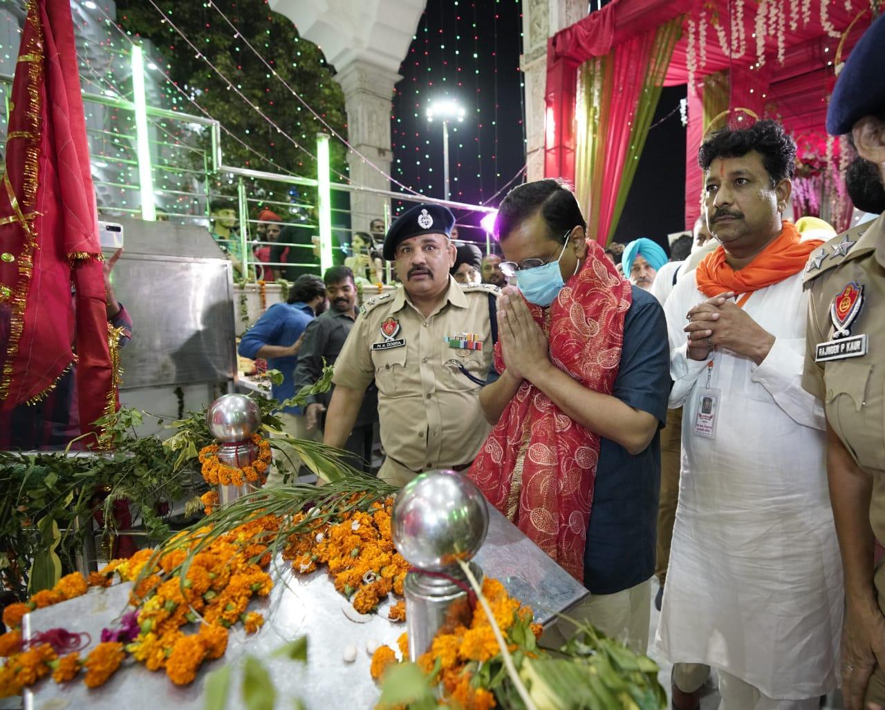 अपने पंजाब दौरे के दौरान अरविंद केजरीवाल देवी तालाब मंदिर में दर्शन करने पहुंचे।