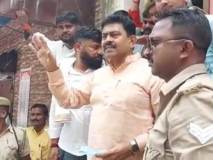 बेटे के पुलिस हिरासत में जाने के बाद मंत्री अजय मिश्रा अपने समर्थकों को समझाते हुए।