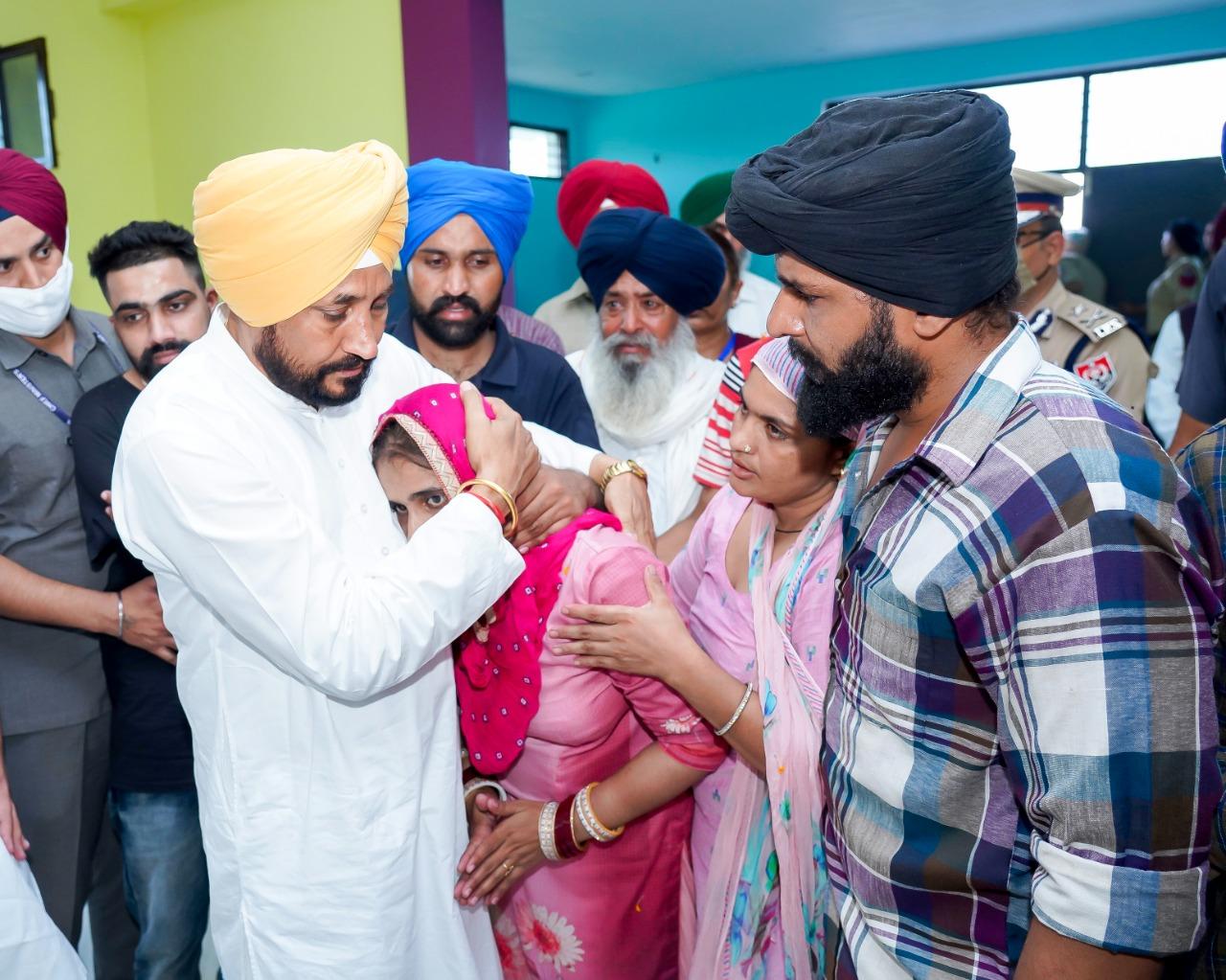 शहीद गज्जन सिंह के परिवार से दुख सांझा करते हुए मुख्यमंत्री चरणजीत सिंह चन्नी
