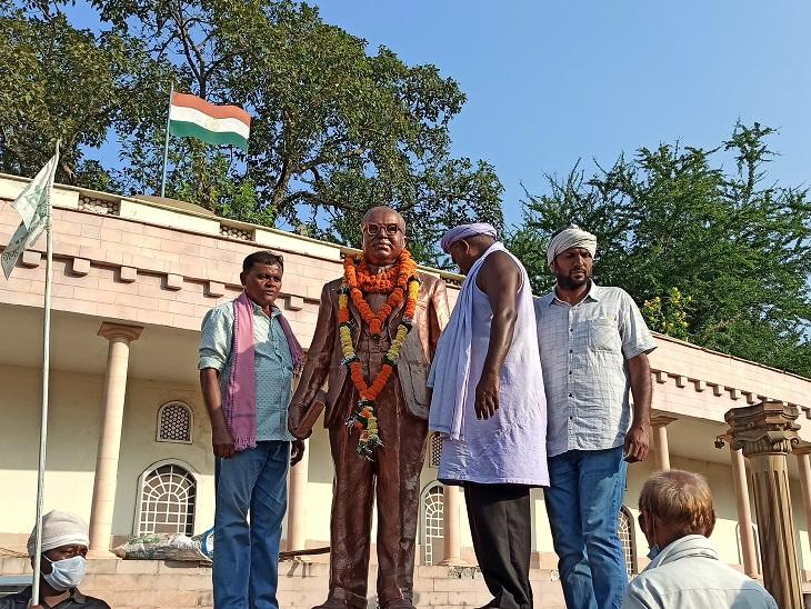 पदयात्रियों ने डॉ.  आंबेडकर की प्रतिमा पर लगाया गया चित्र का नारा।