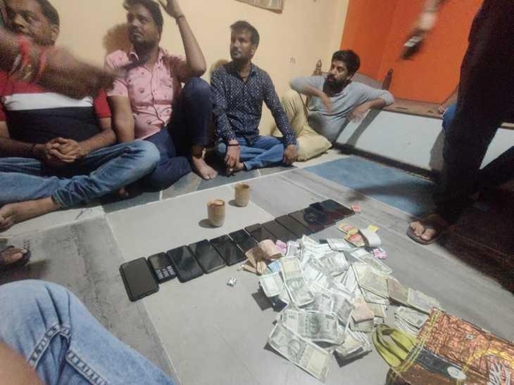 रूपये के साथ आरोपी - Dainik Bhaskar