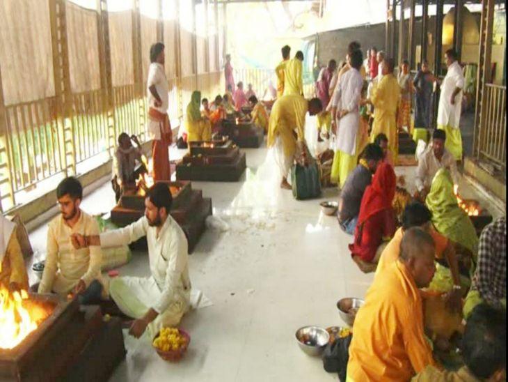 मंदिर परिसर में 35 कुंडों में 24 घंटे हवन-पूजन चल रहा है।