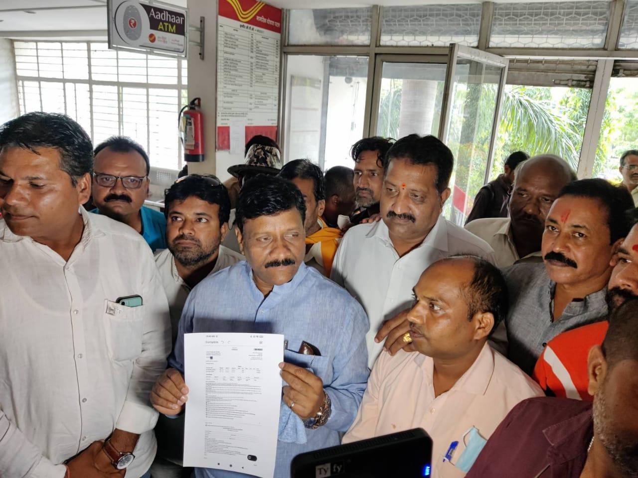इंदौर की फ्लाइट का टिकट दिखाते भाजपा जिलाध्यक्ष।