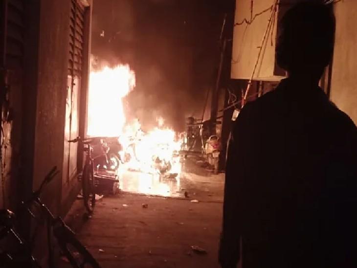 आग की भयावहता का अंदाजा इसी बात से लगाया जा सकता है कि इसे बुझाने के लिए दमकल की 16 गाड़ियों को काम पर लगाया गया।  - Dainik Bhaskar