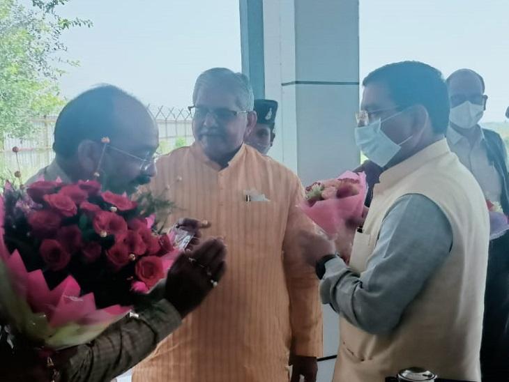 विधानसभा में नेता प्रतिपक्ष धरमलाल कौशिक और सांसद अरुण साव ने केंद्रीय मंत्री प्रह्लाद जोशी का स्वागत किया।