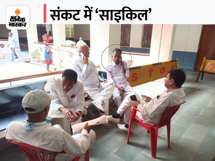 समाजवादी पार्टी के टिकट पर मैदान में उतरे प्रत्याशी का साइकिल पर सवारी करना मुश्किल, पार्टी ने समय पर रिजर्व नहीं करवाया था चुनाव चिन्ह|सतना,Satna - Dainik Bhaskar