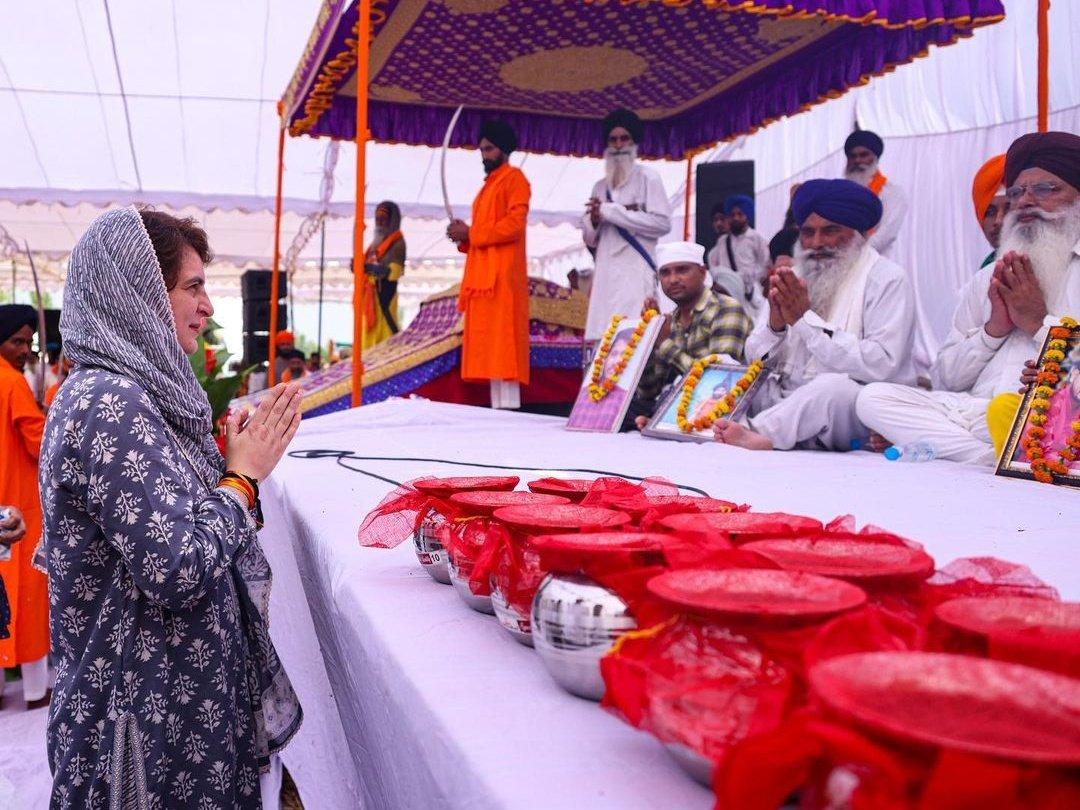 कांग्रेस नेत्री प्रियंका गांधी ने भी अंतिम अरदास में पहुंचकर प्रार्थना की।
