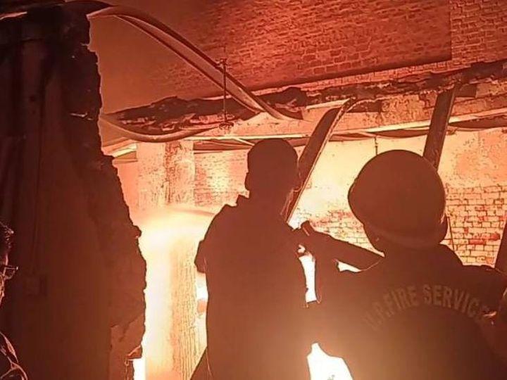 आगरा में फैक्ट्री में लगी आग पर काबू पाने की कोशिश करते कर्मचारी।