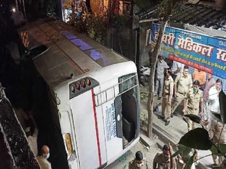 गाजियाबाद में बस के फ्लाईओवर से गिरने के बाद लगी भीड़ - Dainik Bhaskar