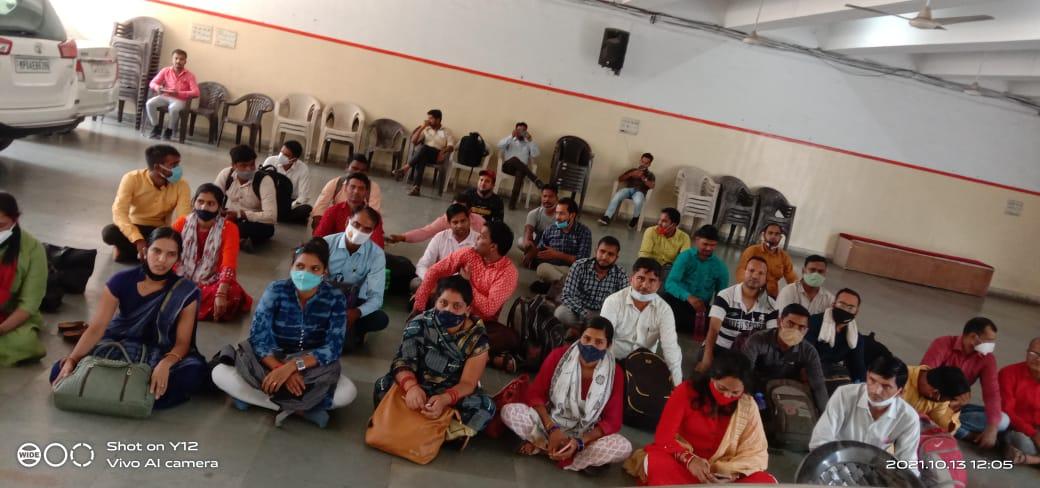 वीडी शर्मा से मिलने पहुंचे चयनित शिक्षक आधा घंटा धरने पर बैठे; पुलिस ने बाहर निकाला; शर्मा ने मुलाकात कर मदद का दिया आश्वासन भोपाल,Bhopal - Dainik Bhaskar