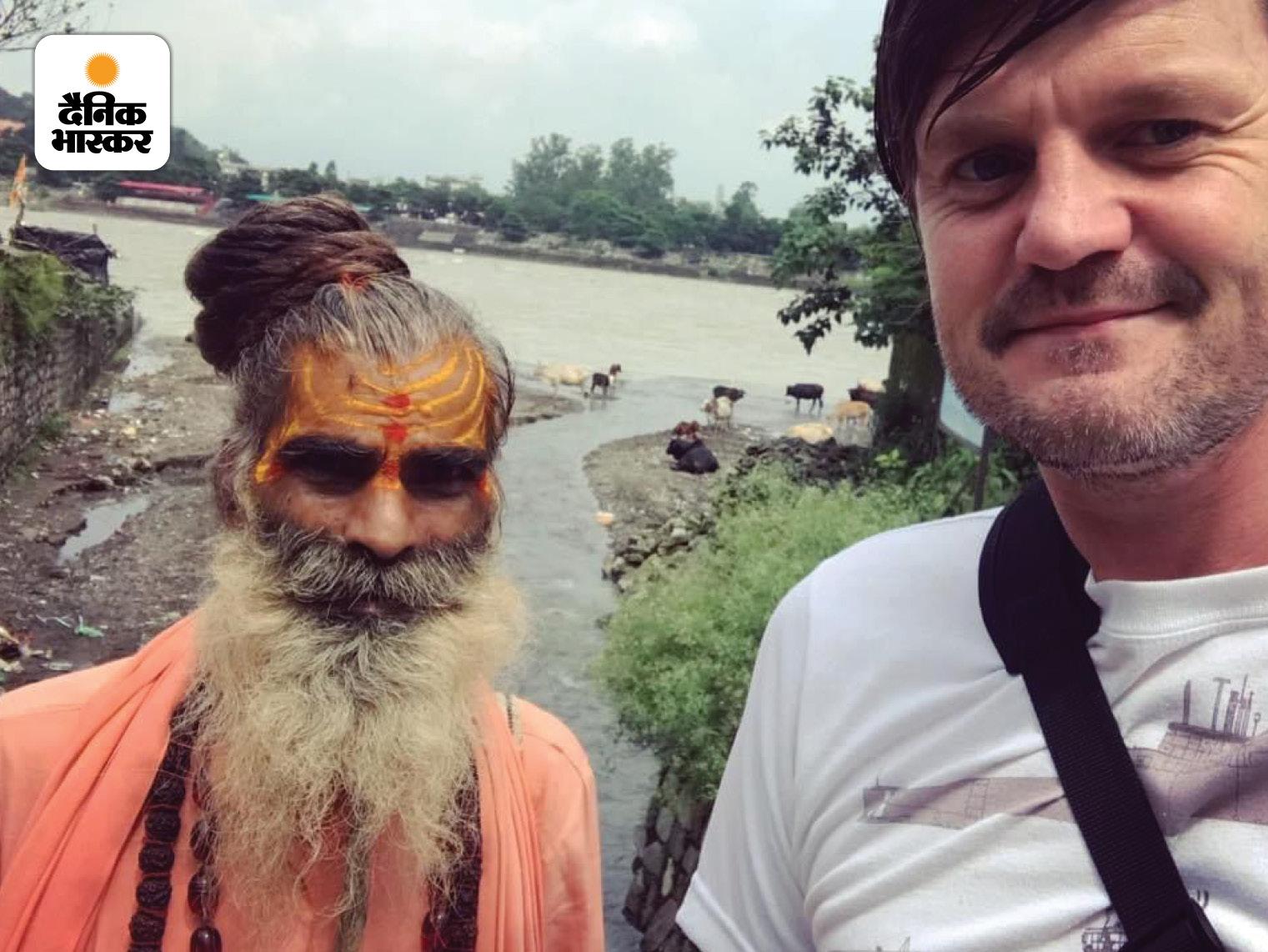 इंडिया की ट्रिप के दौरान ऋषिकेश में साधु बाबा के साथ जेमी।