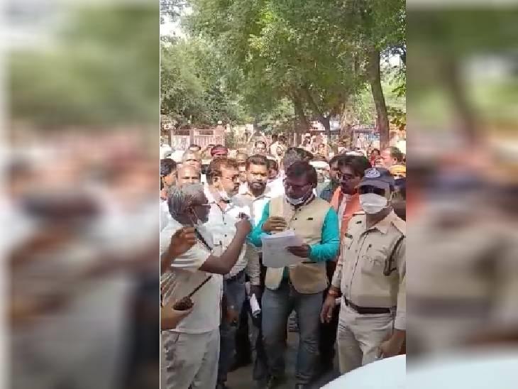 जमीन के अवैध कब्जे से परेशान ग्रामीण, एसपी-कलेक्टर को सौंपा ज्ञापन, शिकायतकर्ताओं ने सड़क पर लगाया था जाम|दमोह,Damoh - Dainik Bhaskar