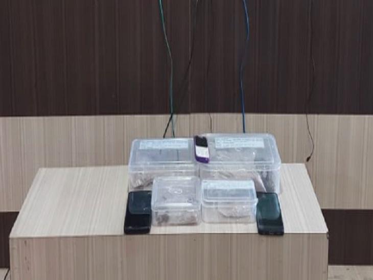 पुलिस ने आरोपियों से 625 ग्राम ब्राउन शुगर और 110 ग्राम हेरोइन जब्त किया है।