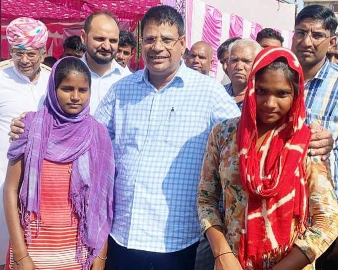 कोरोना में माता-पिता का साया उठा, सरकारी मदद मांगने शिविर में पहुंची तो पीड़ा सुनकर गोद लेने की घोषणा की, शादी का ख़र्च भी वहन करेंगे|दौसा,Dausa - Dainik Bhaskar