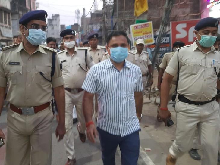 फ्लैग मार्च के दौरान पुलिस बल। - Dainik Bhaskar