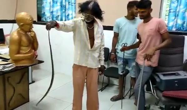 होशंगाबाद के सिवनी मालवा में एसडीएम के ऑफिस में निकले सांप को पकड़ लिया गया।