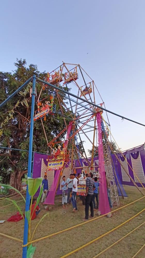 खैराना में हिंडोला झूला पर स्थापित किए मां दुर्गा के नौ स्वरूप।