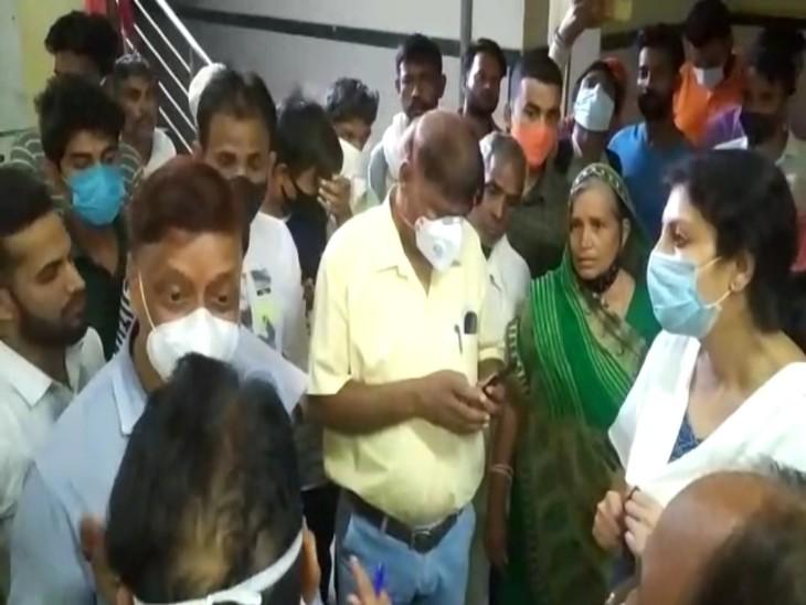 सआदत अस्पताल में लोगों से बात करते हुए कलेक्टर। - Dainik Bhaskar