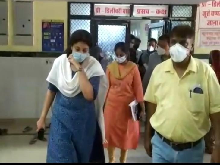 जनाना अस्पताल का निरीक्षण करती कलेक्टर।
