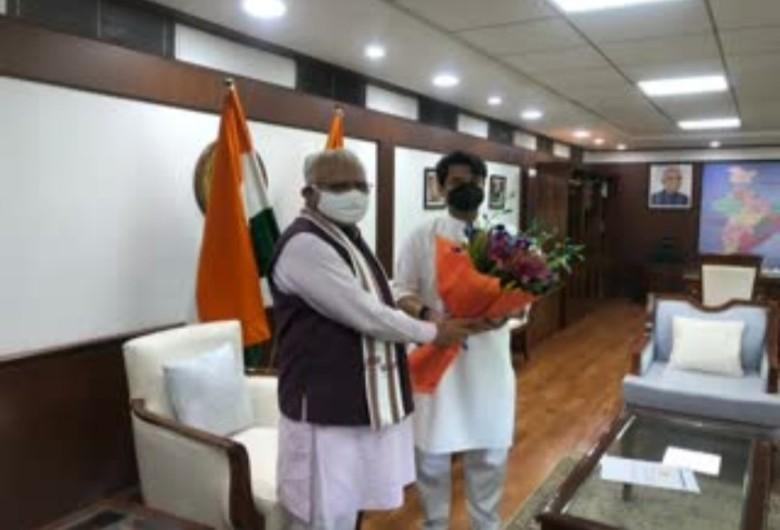 सीएम मनोहर लाल उड्डयन मंत्री से मुलाकात करते हुए। - Dainik Bhaskar