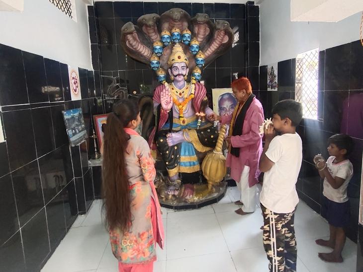 मंदिर में सुबह-शाम होती है आरती; लोग बांधते हैं मन्नत का धागा; बच्चों का नाम भी दशानन के कुनबे पर इंदौर,Indore - Dainik Bhaskar