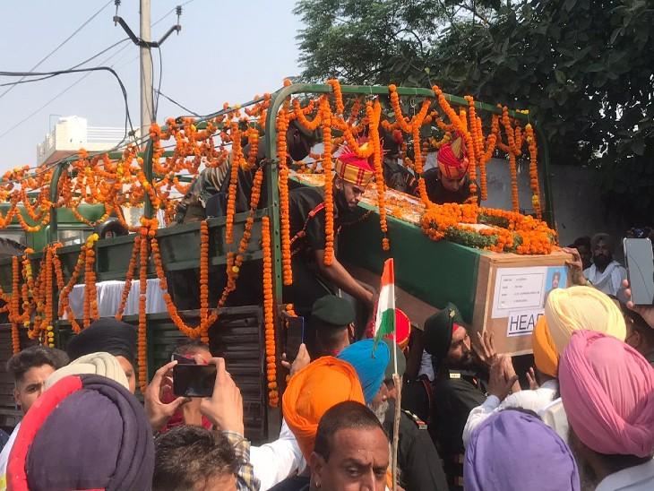 शहीद का शव लेकर गांव माना तलवंडी पहुंची सेना की गाड़ी।
