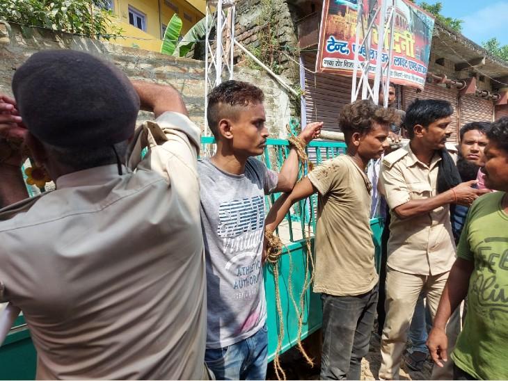 चोरी के आरोप में बंधे युवकों को छुड़ाती पुलिस। - Dainik Bhaskar