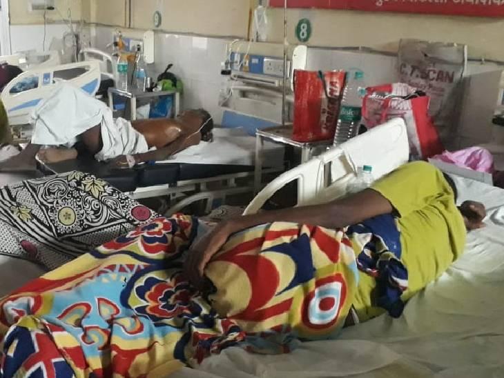 घायलों का जिला अस्पताल में इलाज किया जा रहा है।