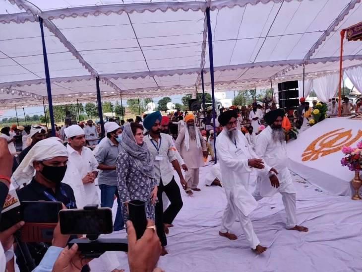 लखीमपुर में आयोजित अंतिम अरदास में प्रियंका गांधी शामिल हुई थीं।