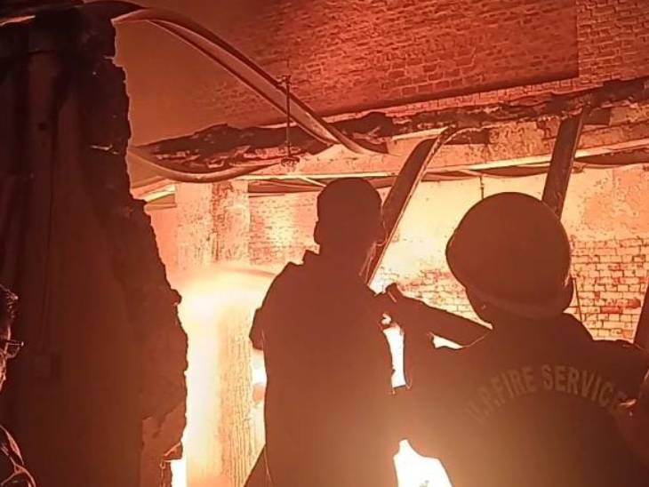 आगरा के रिहायशी इलाके में केमिकल फैक्ट्री में लगी भीषण आग, दमकल की 10 गाड़ियां लपटों को बुझाने में जुटीं उत्तरप्रदेश,Uttar Pradesh - Dainik Bhaskar