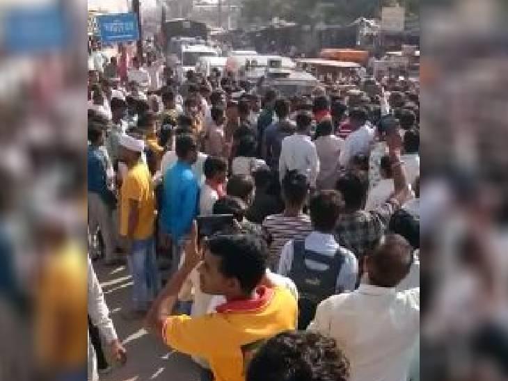 मुरैना में सड़क जाम करते लोग।
