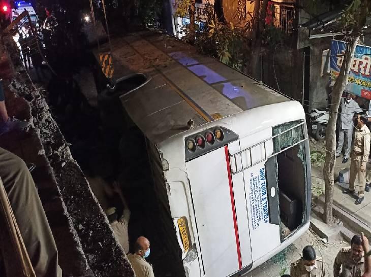 बाइक को टक्कर मारकर अनियंत्रित हुई बस रैलिंग तोड़कर नीचे गिरी, निजी कंपनी के दस लोग घायल|गौतम बुद्ध नगर,Gautambudh Nagar - Dainik Bhaskar
