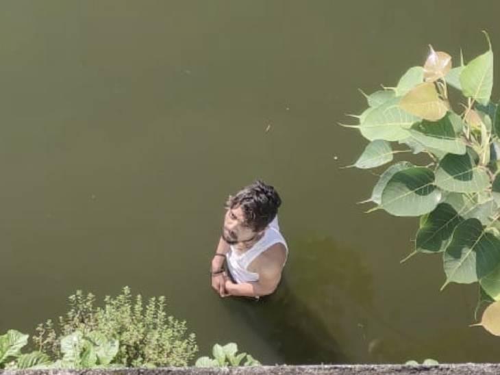 छोटा तालाब के पास पेट्रोलिंग कर रही पुलिस ने नाव की मदद से युवक को रेस्क्यू किया|छिंदवाड़ा,Chhindwara - Dainik Bhaskar