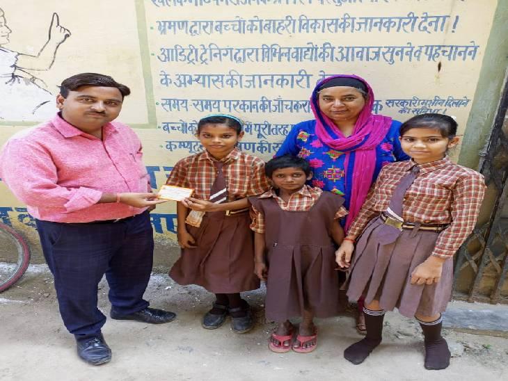 प्राइमरी स्कूलों में जाकर बच्चियों को दिया गया आमंत्रण, भेंट की जाएगी स्कूल बैग किट|बहराइच,Bahraich - Dainik Bhaskar