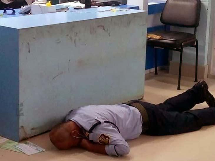 बदमाशों ने बैंक के सुरक्षा गार्ड शीतल कुंवर को गोली मारकर घायल कर दिया था।