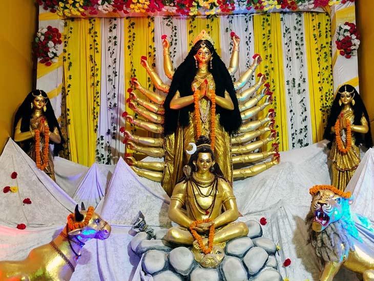 आरा मेंथाईलैंड के फूलों से सजा आरण्य देवी माता का मंदिर,शहर में 60 जगहों पर स्थापित की गई प्रतिमा|आरा,Ara - Dainik Bhaskar