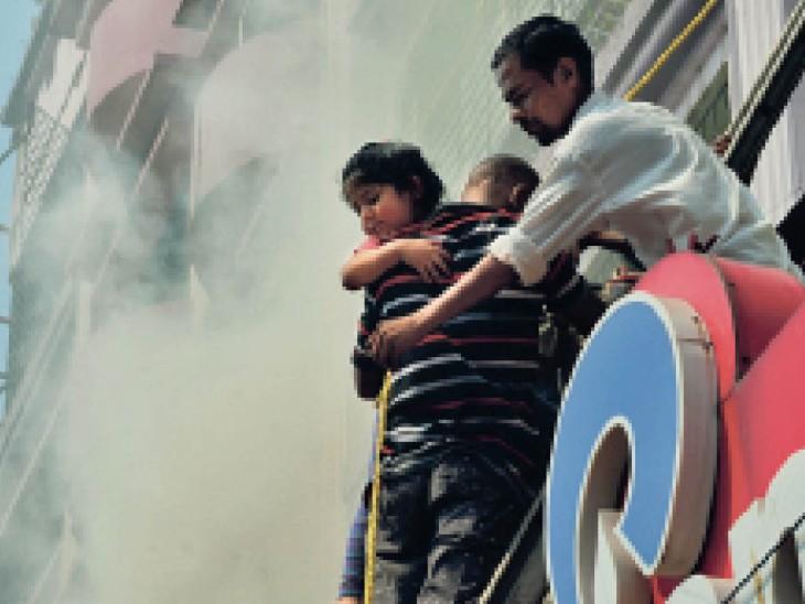 मटकुरिया में इंश्योरेंस कंपनी के ऑफिस में आग लगी, अपार्टमेंट में फैला धुआं; 85 साल की बुजुर्ग, गर्भवती, दुधमुंहे समेत 35 लोग फंसे, 5 घंटे रेस्क्यू कर सबको बचाया धनबाद,Dhanbad - Dainik Bhaskar