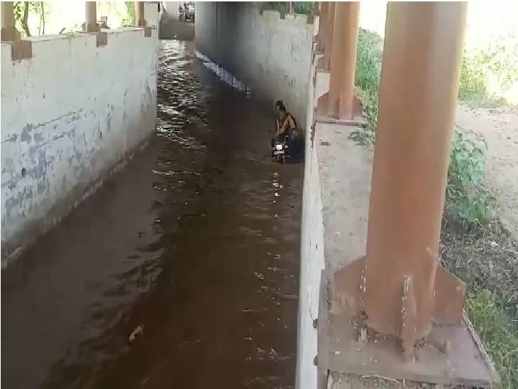 ब्रिज की दीवारों से टपक रहा है पानी, रेलवे ट्रैक पार कर रहे हैं ग्रामीण, हादसे की आशंका|शिवपुरी,Shivpuri - Dainik Bhaskar