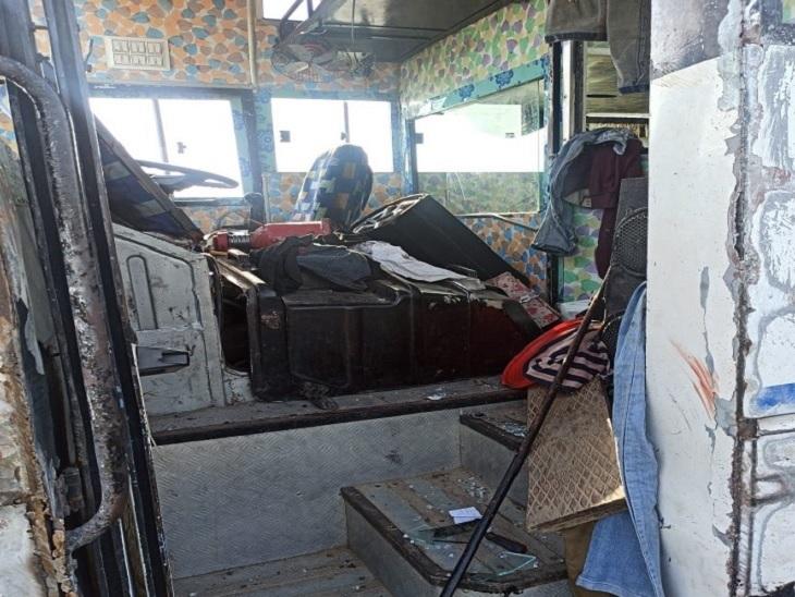 पलवल में पलटने के बाद क्षतिग्रस्त हुआ बस का कैबिन।