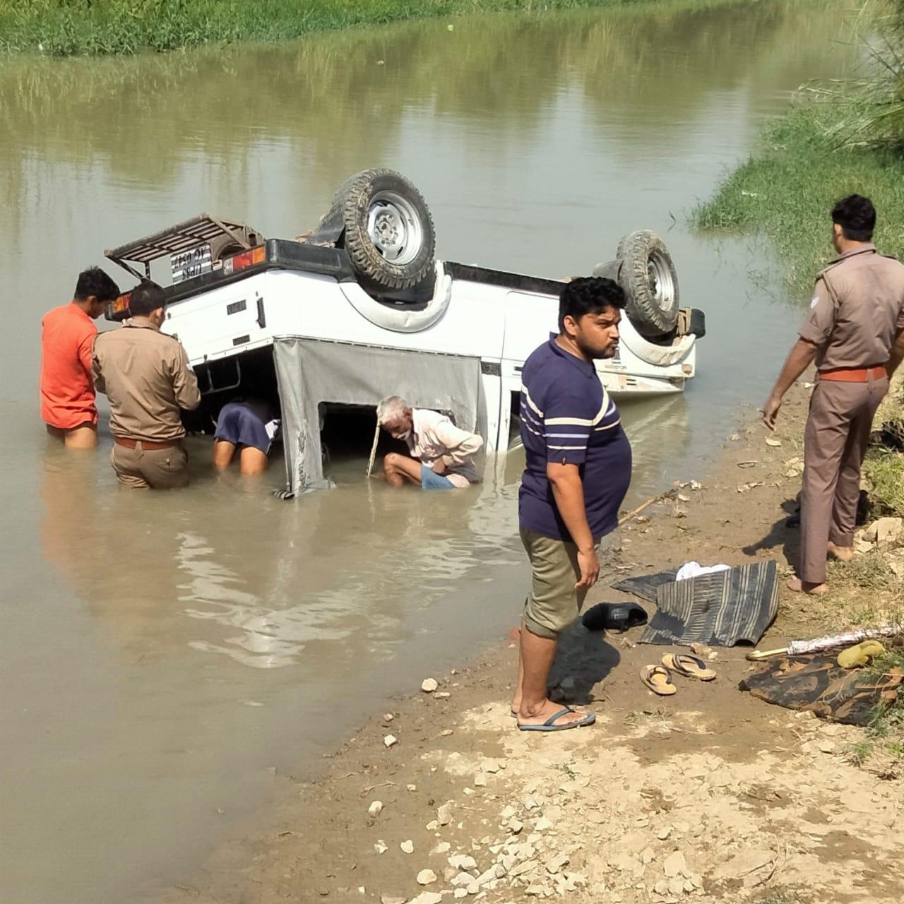 एसएसपी की एस्कॉर्ट गाड़ी बाइक सवार को बचाने के चक्कर मे पलट गई। इस हादसे में 4 पुलिस कर्मी घायल हो गए - Dainik Bhaskar