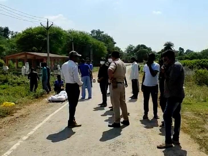कंधा देकर अंतिम संस्कार के लिए शव लेकर पहुंची पुलिस। - Dainik Bhaskar