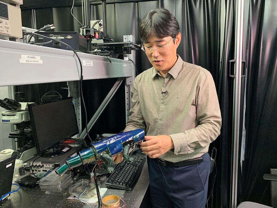 रोबोटिक गिरगिट के साथ मैकेनिकल इंजीनियर सियुंग ।