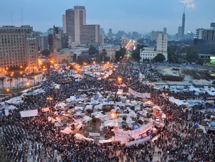2011 में होस्नी मुबारक के शासन के खिलाफ सड़कों पर उतरे मिस्र के लोग।