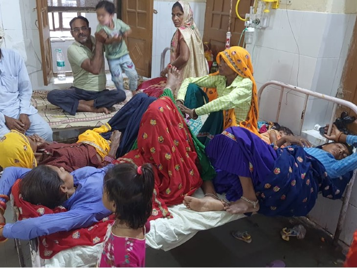 एक बेड पर तीन से चार भर्ती महिला। - Dainik Bhaskar