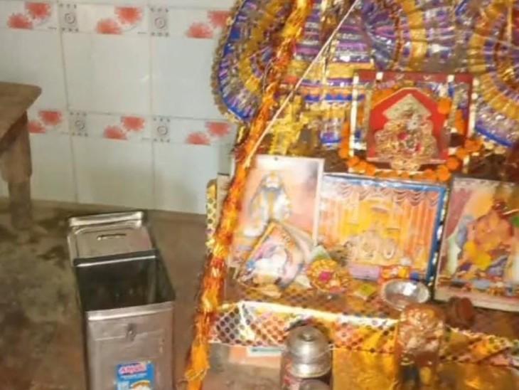 पुजारी सुबह पट खोलने आया तो दानपात्र का ताला टूटा मिला,तीन साल से जमा हजारों रुपए ले गए,मामला दर्ज करौली,Karauli - Dainik Bhaskar