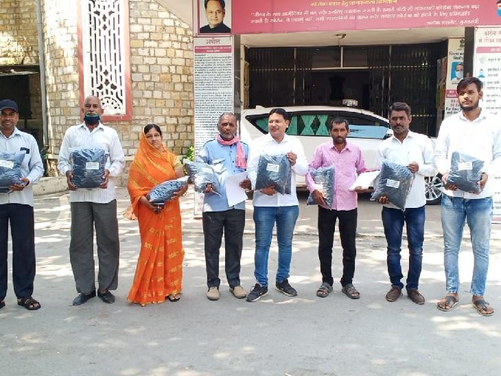 विरोध प्रदर्शन का नया तरीका, सरकार दे रही बिजली और कोयले की दुहाई; कार्यकर्ता कोयला भेट करने पहुंचे|चित्तौड़गढ़,Chittorgarh - Dainik Bhaskar