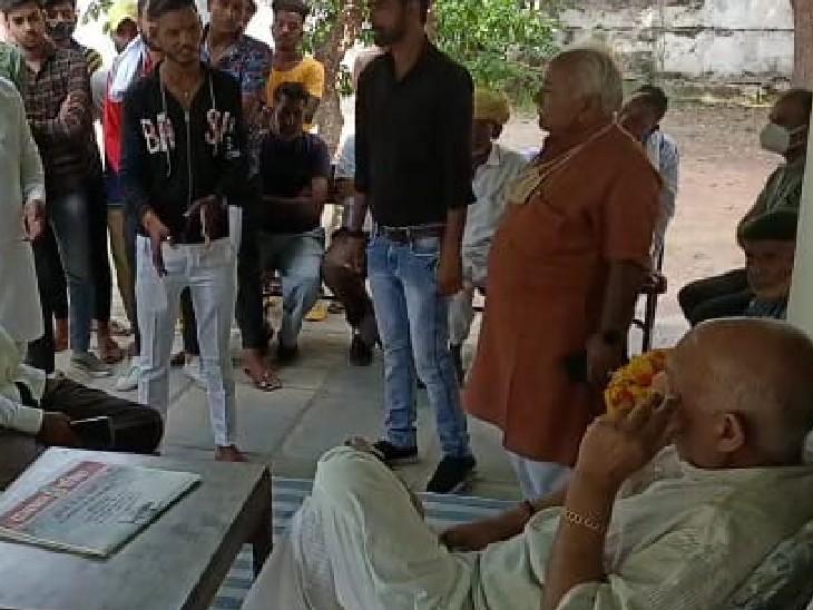 पंजाब के पूर्व राज्यपाल वी पी सिंह बदनोर से थाना प्रभारी की शिकायत करते ग्रामीण।