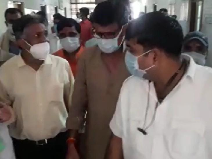 अस्पताल का निरीक्षण करते उप नेता प्रतिपक्ष राठौड़। - Dainik Bhaskar