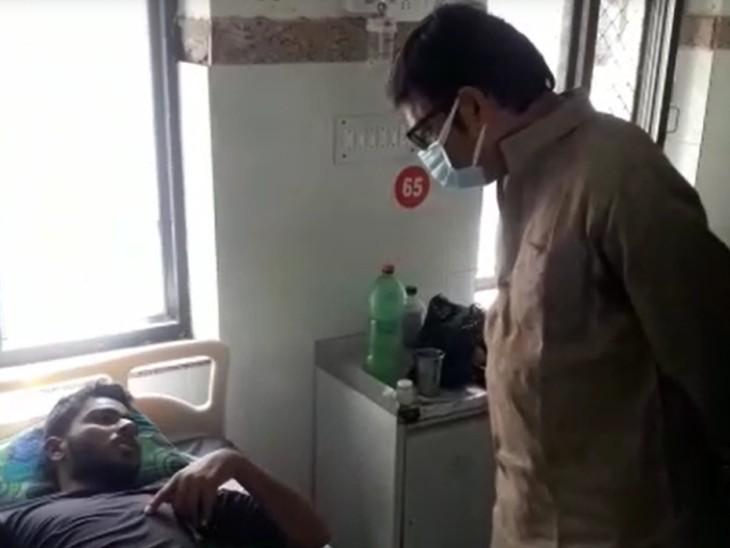 मरीज से हालचाल जानते राठौड़।