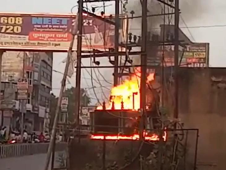 एक ट्रांसफार्मर से निकली आग की लपटों ने दूसरे को भी चपेट में लिया,शहर की आधी बिजली आपूर्ति बाधित|गंगापुर सिटी,Gangapur City - Dainik Bhaskar